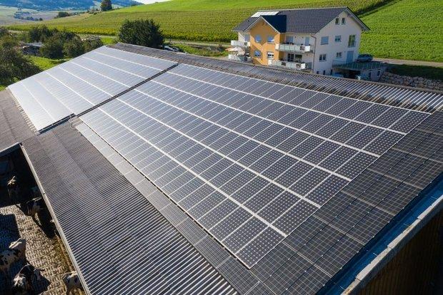 Foto: Für eine erfolgreiche Verkehrswende braucht es mehr erneuerbare Energien. Photovoltaikanlage bei Hilzingen. © Plattform EE BW / Kuhnle & Knödler